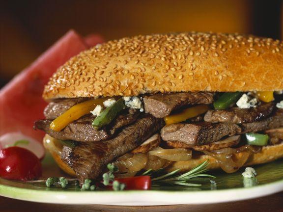 Sandwich mit Steak, Zwiebeln, Paprika und Blauschimmelkäse