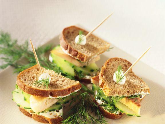 Sandwiches mit Forellencreme und Gurke
