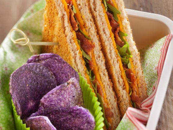 Sandwiches mit Käse, Speck und Rucola