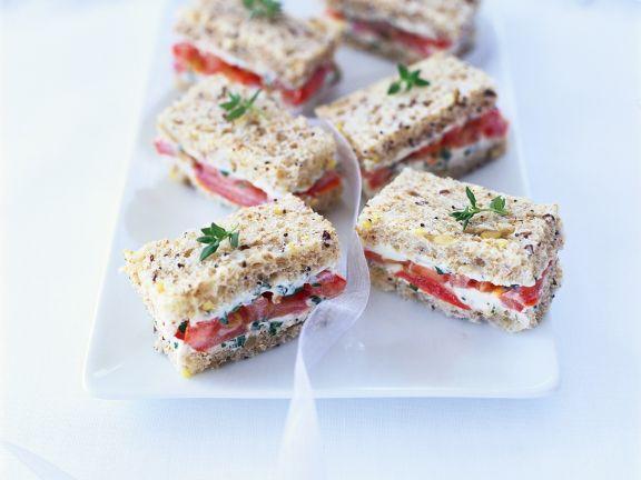 Sandwiches mit Tomate und Frischkäse