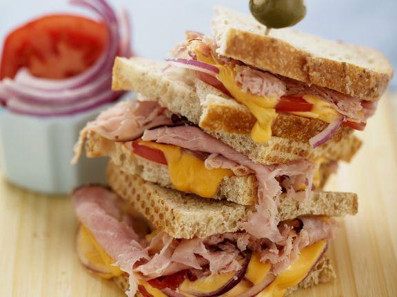 Sandwichs mit Zwiebeln und Tomaten
