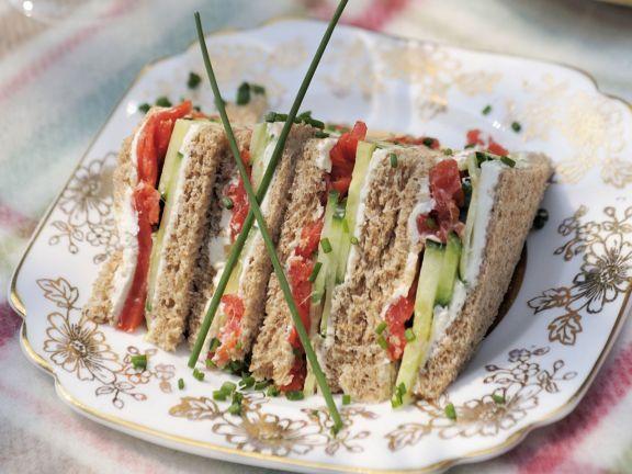 sandwichs mit r ucherlachs frischk se und gurke rezept eat smarter. Black Bedroom Furniture Sets. Home Design Ideas