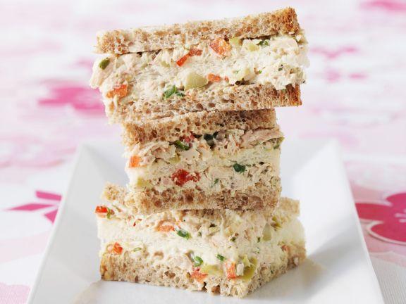 Sandwichs mit Thunfischaufstrich, Oliven und Estragon