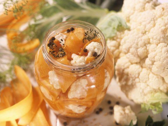 Sauer eingemachte Möhren mit Blumenkohl