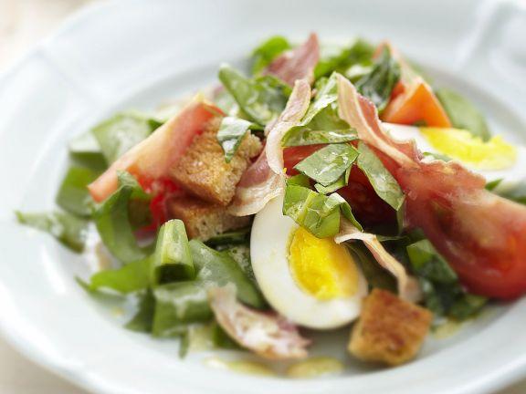 Sauerampfersalat mit Speck, Ei und Brotwürfeln