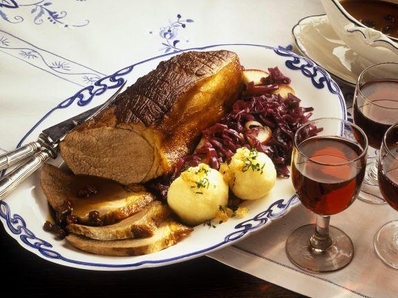 Sauerbraten mit Kartoffelnknödeln und Blaukraut