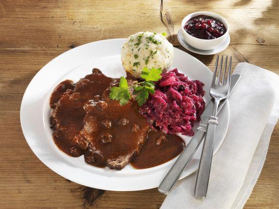 Sauerbraten mit Rotweinsauce und Knödel