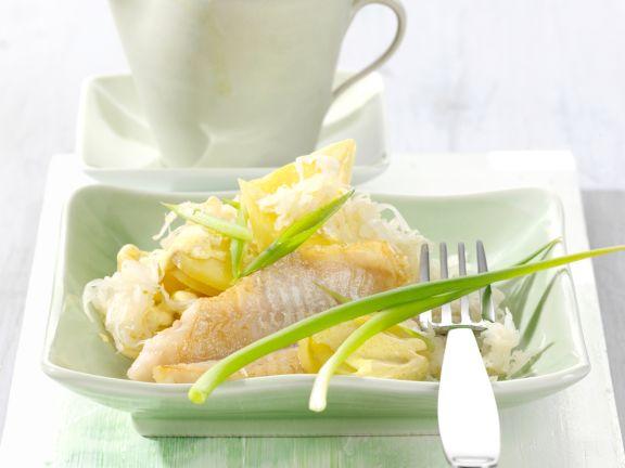 Sauerkraut-Kartoffelsalat mit Rotbarsch