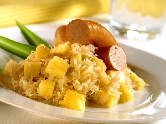 Sauerkraut mit Ananas und Geflügelwurst