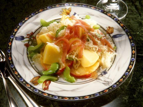 Sauerkrautsalat mit Gemüse und Apfel