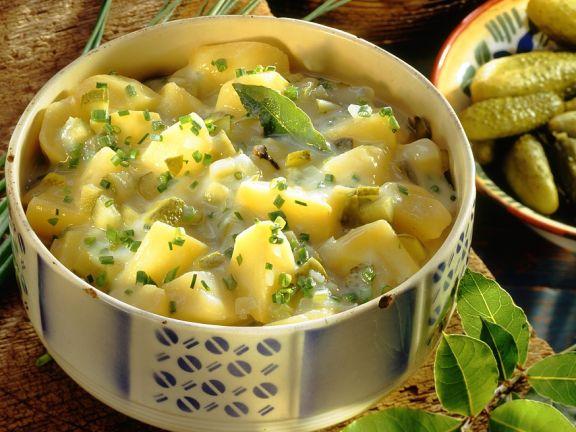 Saures Kartoffelgemüse mit Gürkchen