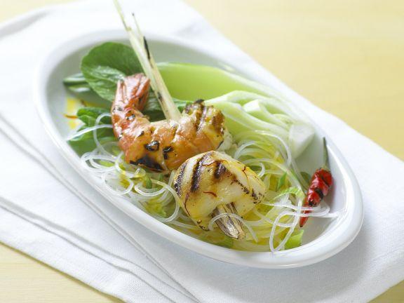 Scampi-Jakobsmuschel-Spieß auf Gemüse