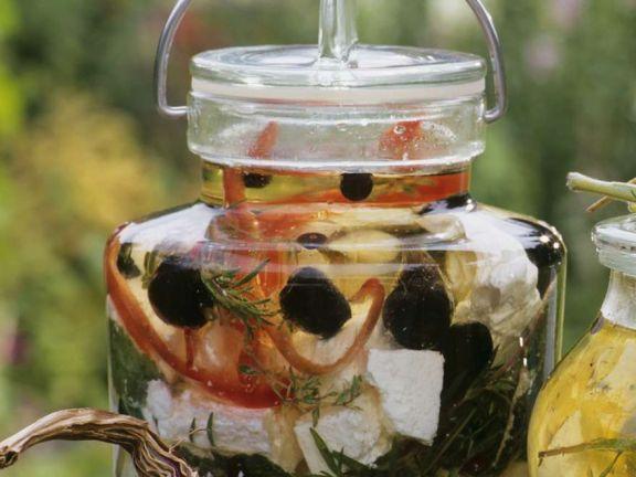 Schafskäse mit Paprika und Oliven