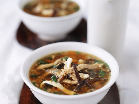 Scharf-saure-Suppe mit Fleisch und Pilzen