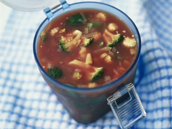 Scharfe Gemüsesuppe mit Mais und Brokkoli