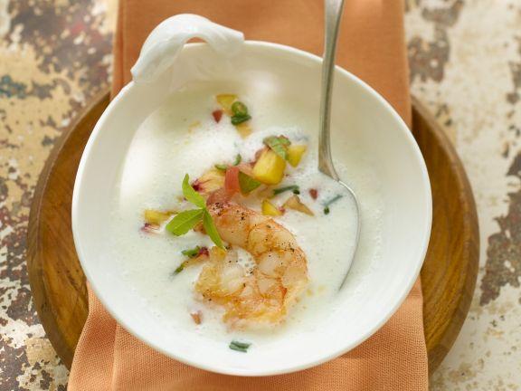 Scharfe Joghurtsuppe mit Pfirsich und Garnelenschwänzen