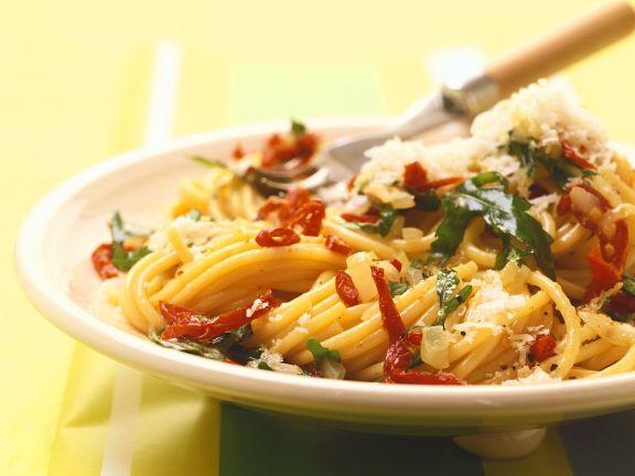 Scharfe Nudeln mit Rucola und Parmesan