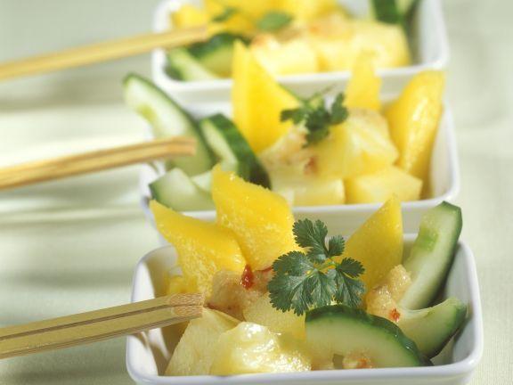 Scharfer Gurkensalat mit Ananas und Mango