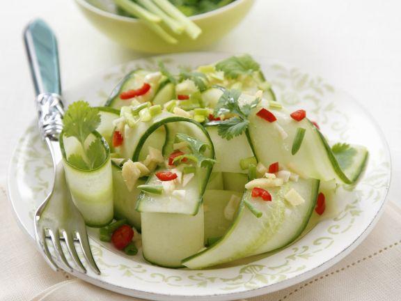 Scharfer Gurkensalat mit Ingwer und Koriander