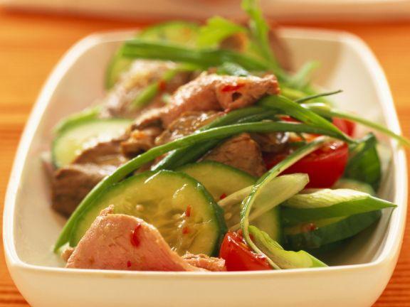 Scharfer Salat vom Rind mit Tomaten und Gurken