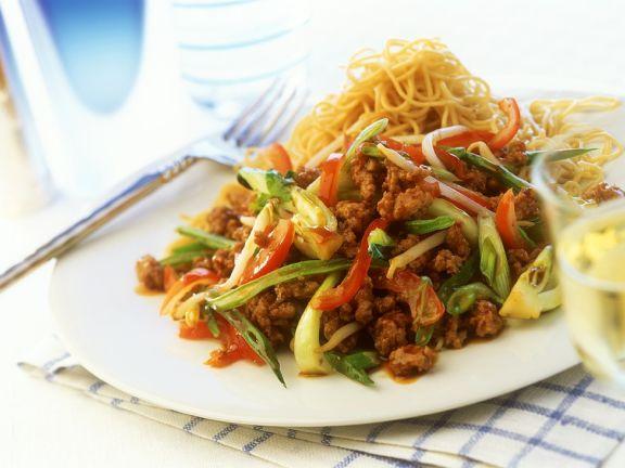 Scharfes Tomaten-Bohnengemüse mit Hackfleisch und Nudeln
