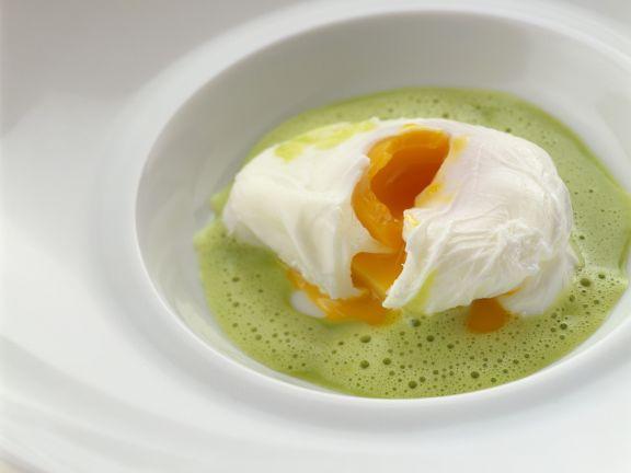 Schaumige Kräutersoße mit verlorenem Ei