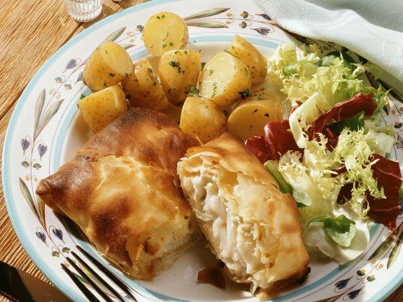 Schellfisch im Filo-Mantel mit Kartoffeln und Salat