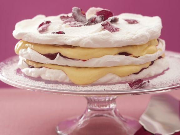 Schicht-Torte mit Rosenblättern