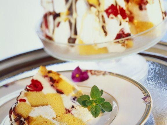 Schichtkuchen mit Beeren und Sahne