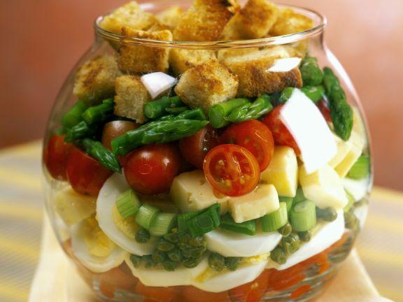 Schichtsalat mit Käse, Ei und Croutons