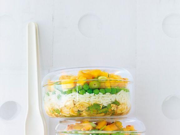 Schichtsalat mit Reis, Erbsen und Tofu