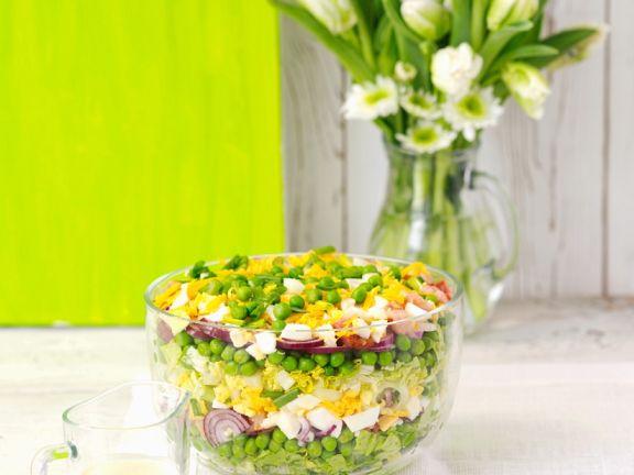 schichtsalat mit zwiebeln ei speck erbsen und k se rezept eat smarter. Black Bedroom Furniture Sets. Home Design Ideas