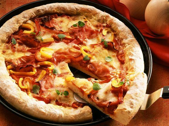 Schinken-Pizza mit Paprika