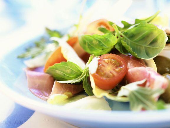 Schinkenrollen mit Parmesan, Kirschtomaten und Basilikum