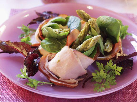Schinkenrollen mit Spinat und grünem Spargel