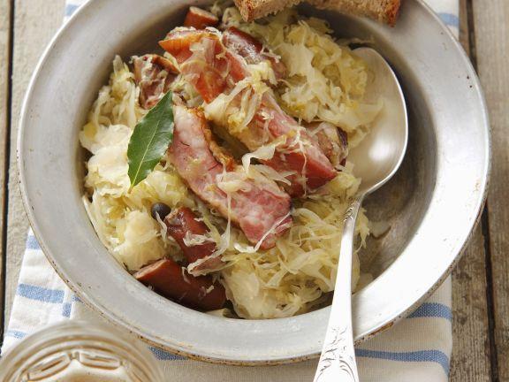 Schlachtschüssel mit Sauerkraut