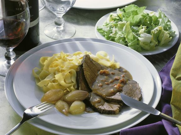 Schmorbraten mit Nudeln und Salat