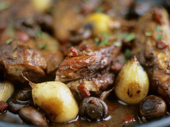 Schmorhuhn mit Schalotten und Oliven