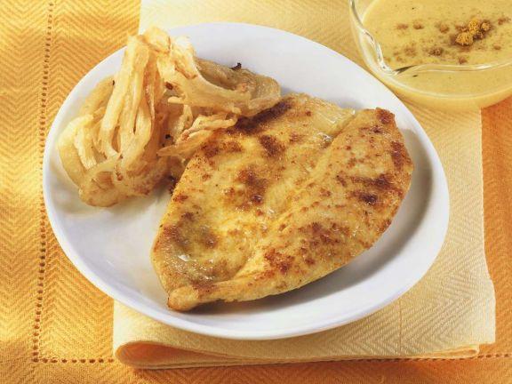 Schnitzel mit Currysauce und Zwiebeln