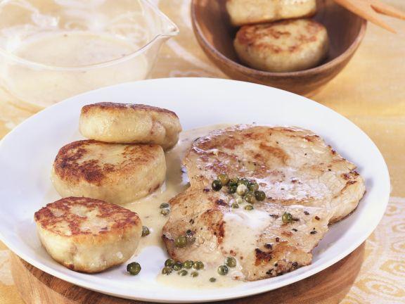 Schnitzel mit Pfeffer-Sahnesoße und Kartoffelplanzerl