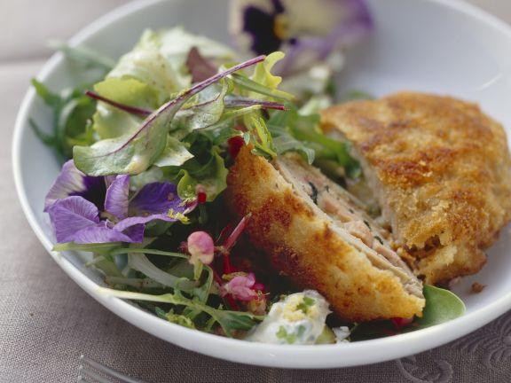 Schnitzel nach Allgäuer Art mit Blattsalat
