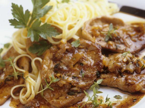 Schnitzel vom Kalb mit Zwiebeln und Tagliatelle
