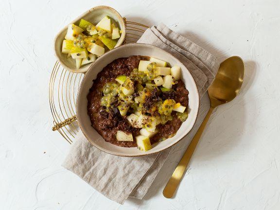 Schoko-Buchweizen-Porridge mit Birne und Maracuja