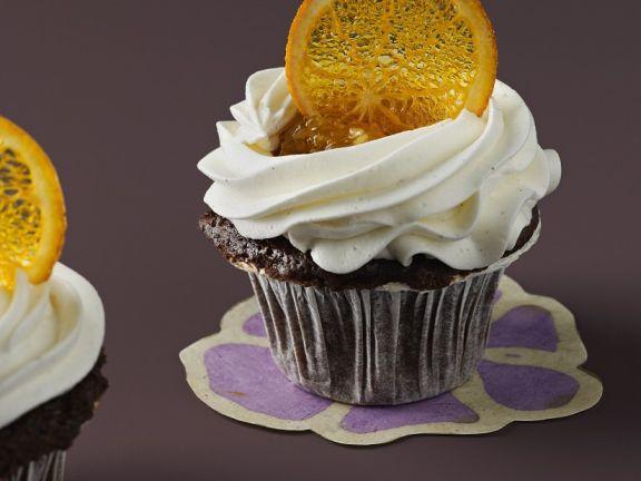 Schoko-Cupcake mit Sahne und Orangenscheibe