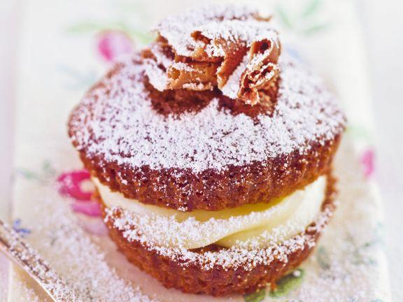 Schoko-Cupcake mit Vanille-Füllung