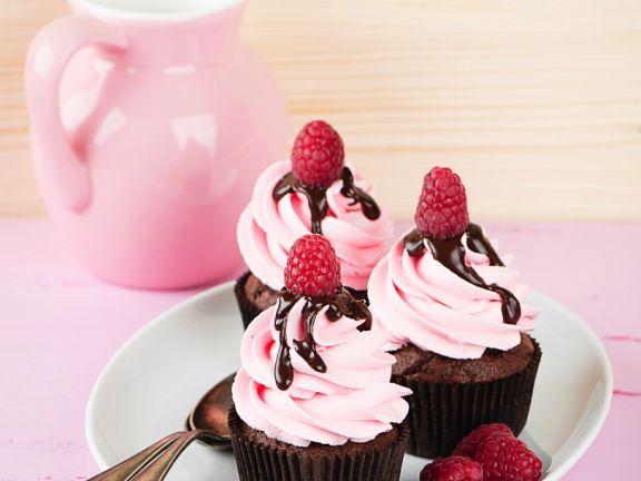Schoko-Cupcakes mit rosa Topping