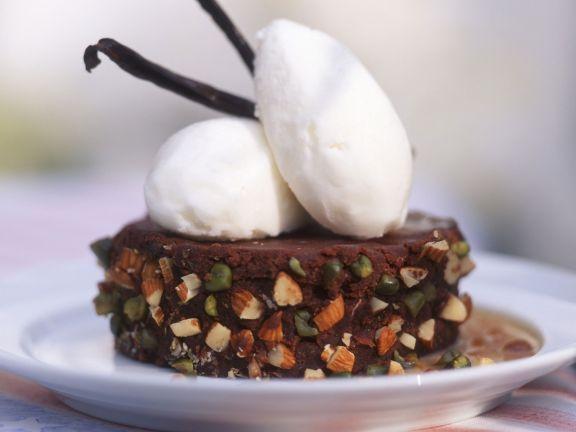 Schoko-Nuss-Schnitte mit Vanilleeis