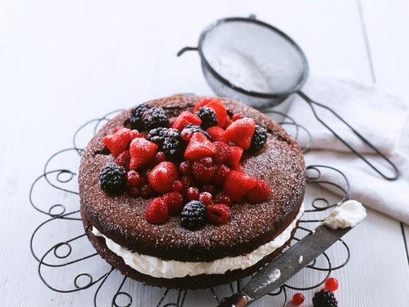 Schokoladen-Beeren-Kuchen mit Sahne