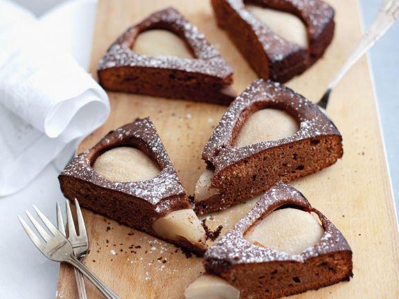 Schokoladen-Birnen-Kuchen mit Puderzucker