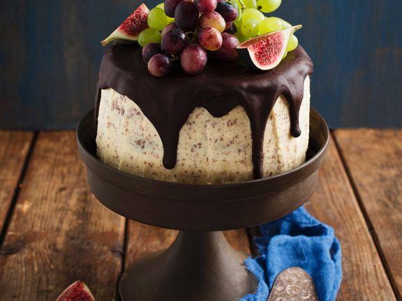 Schokoladen-Buttercreme-Torte mit Feigen und Weintrauben